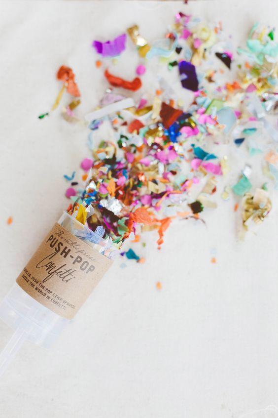 Push-pop confetti para arrojar a la salida de la iglesia en una boda de día.