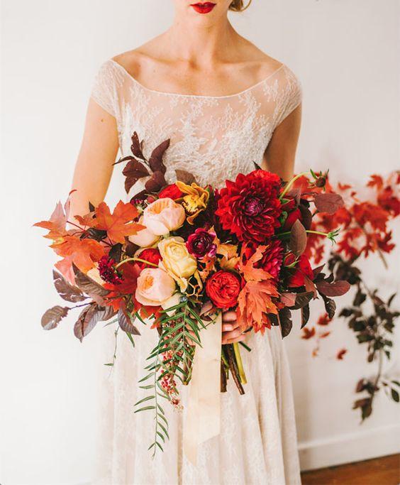 Magnífico ramo de novia con rosas, dalias y follaje de Sax Romney.