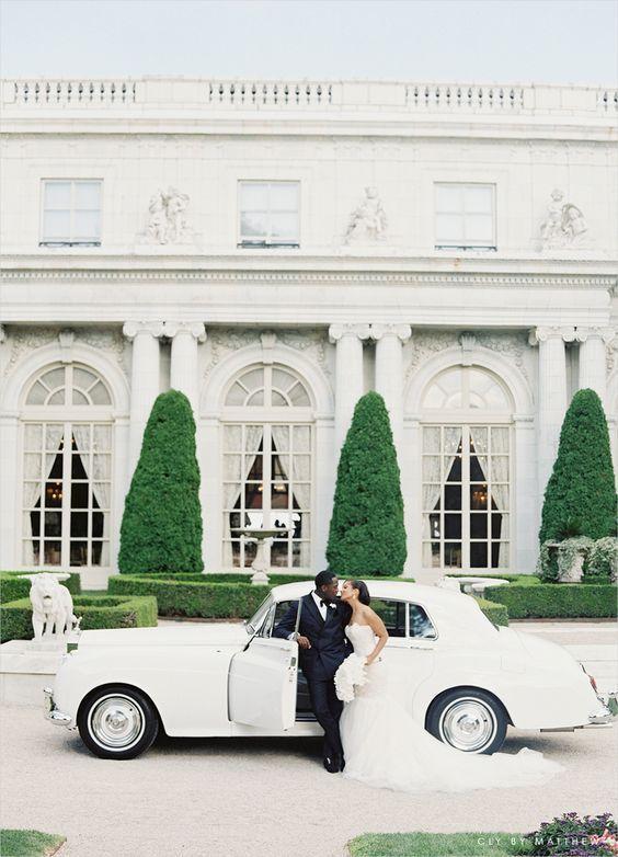 Francia se destaca por su romanticismo y su gastronomía. Si no pueden casarse en un castillo francés, ¿que tal un auto blanco para la salida de la boda?