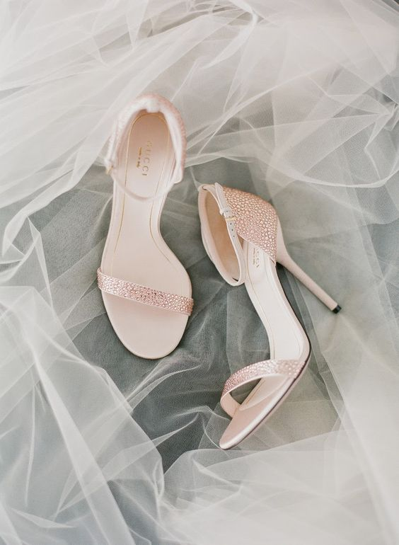 Sandalias de Gucci en rosa palo o ballet slippers de Pantone 2017.