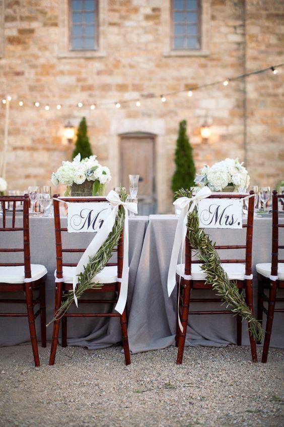 Deco para las sillas de los novios. Foto: ashleightaylorphotography.
