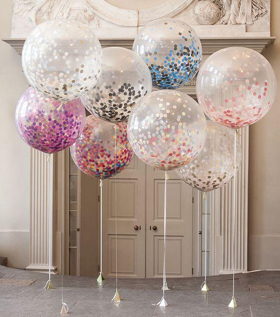 Suelta de globos con brillo para una boda de día.