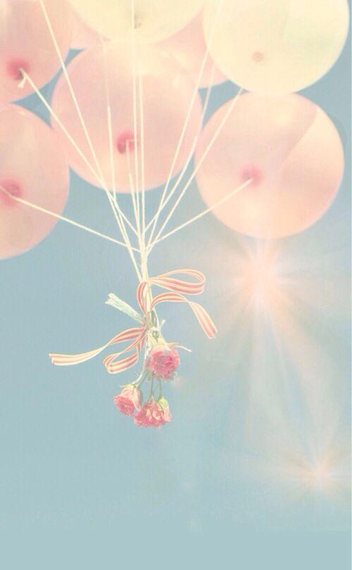 Una suelta de globos se convierte en un momento emocionante a la salida de la ceremonia religiosa.