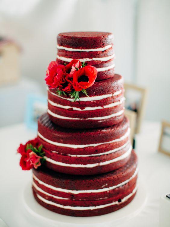 Torta de bodas desnuda de Red Velvet decorada con flores en rojo escarlata.