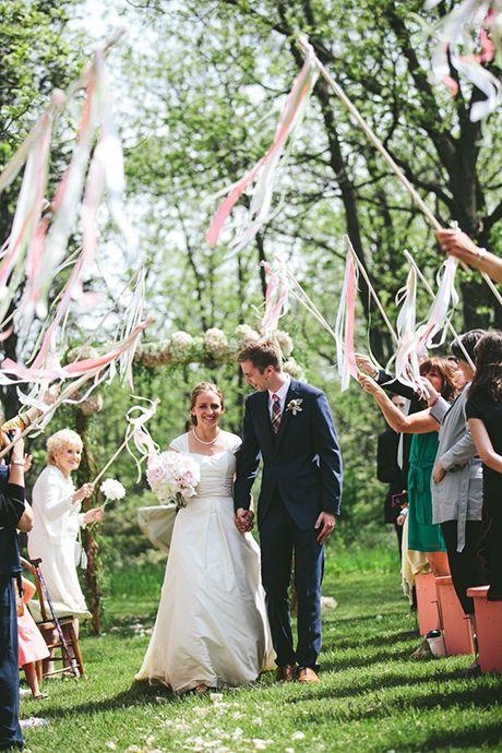 Hermosas varas con cintas en los colores de tu boda. Preciosa fotografía y no hay que limpiar después.