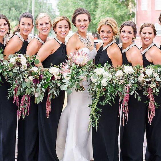 Vestidos de damas de honor en negro con una gargantilla o choker de perlas estilo halter. La forma perfecta de conseguir un look consistente y divertido. Estilo 2971 de Dessy.