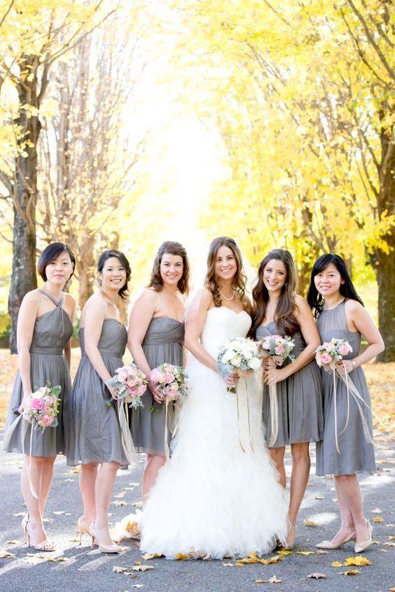 El gris es un color muy sentador para los vestidos de las damas de honor.