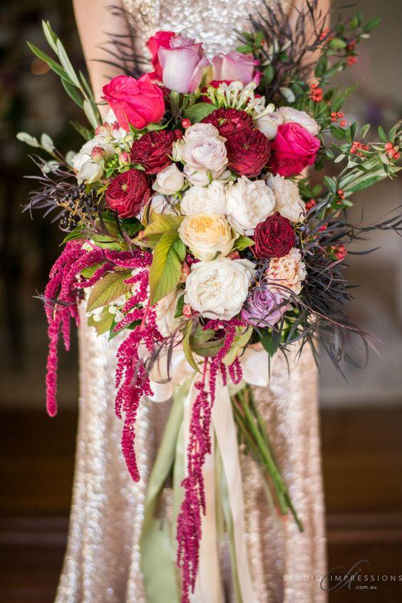 Bouquet con flores en chili oil, rojo, fuchsia y crema.