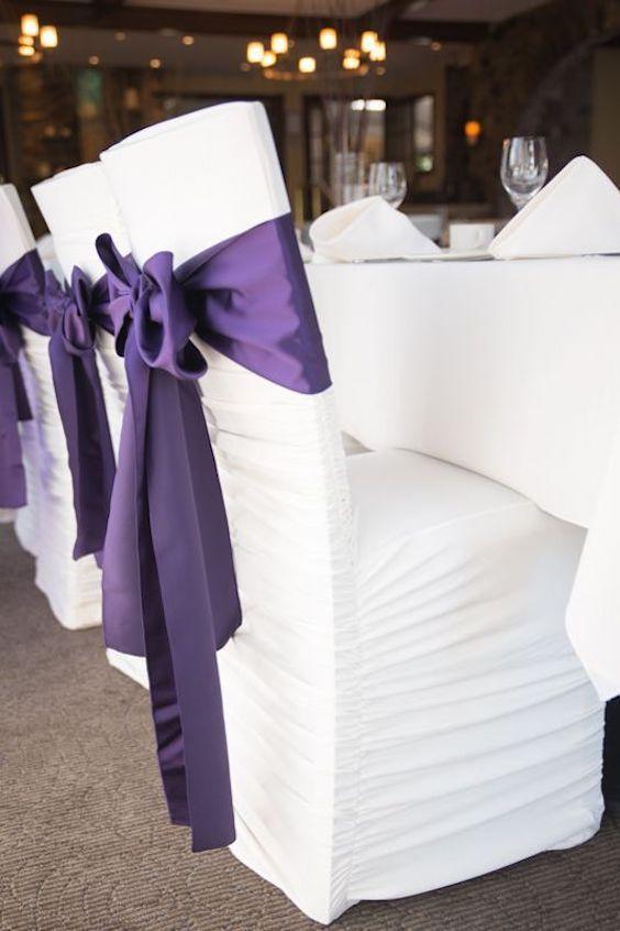 Un look de lujo con cintas en Ultra violet decorando las sillas de la recepción de RSVP Events.