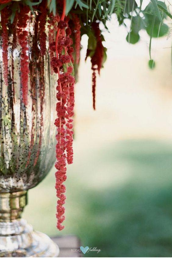Boda rústica al aire libre en Lake Tahoe. Flores rojas, verde y Aceite de Chile de Pantone en una urna de metal.