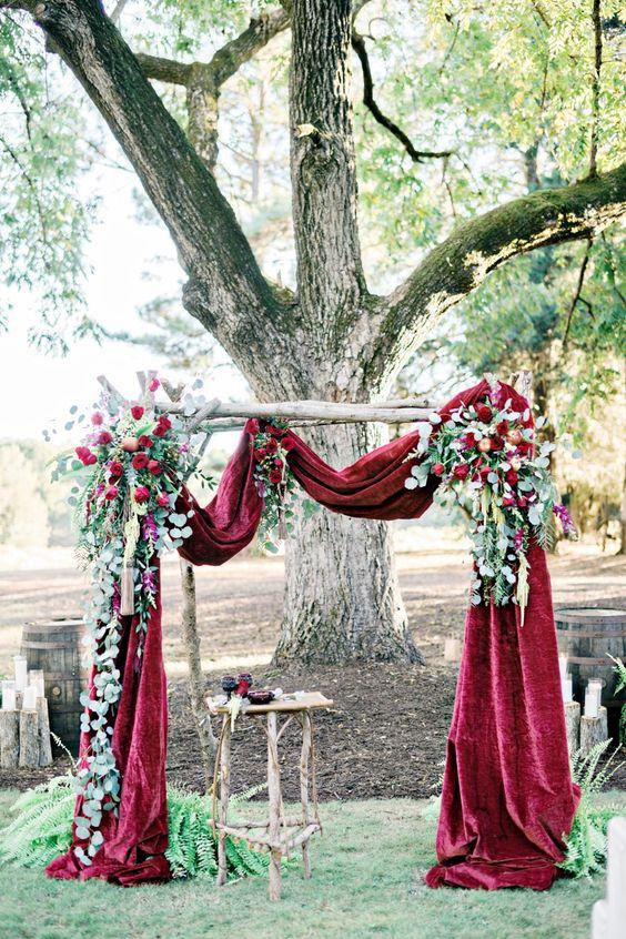 Un tema otoñal con rosas rojas, follaje y manzanas, transmite el espíritu de la estación sin lucir estridente.