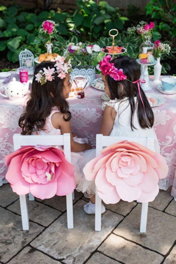 Las bodas vintage pueden reinterpretarse en las mesas de los peques con jaulas y flores de papel.