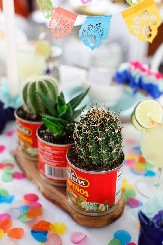 Colorido centro de mesa con cactus estilo Mexicano.