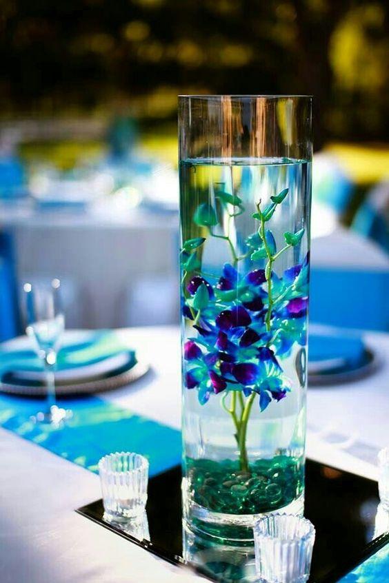 No te mates buscando la flor del color perfecto para tus centros de mesa. Deja que todo fluya. Orquídea azul.