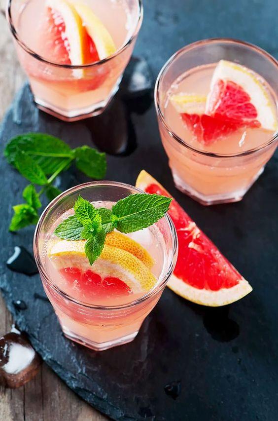 El cóctel Bellini de durazno te ayudará a incorporar el Blooming Dahlia en tus drinks. Resalta este color con una bandeja de pizarra negra, pomelo y menta.