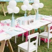 Invierte los colores y reemplaza las flores por globos. Como decorar la mesa de los niños en tu boda. Foto Elleni Toumpas.