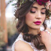 Puedes hacer una bonita corona de flores con muy pocos elementos.
