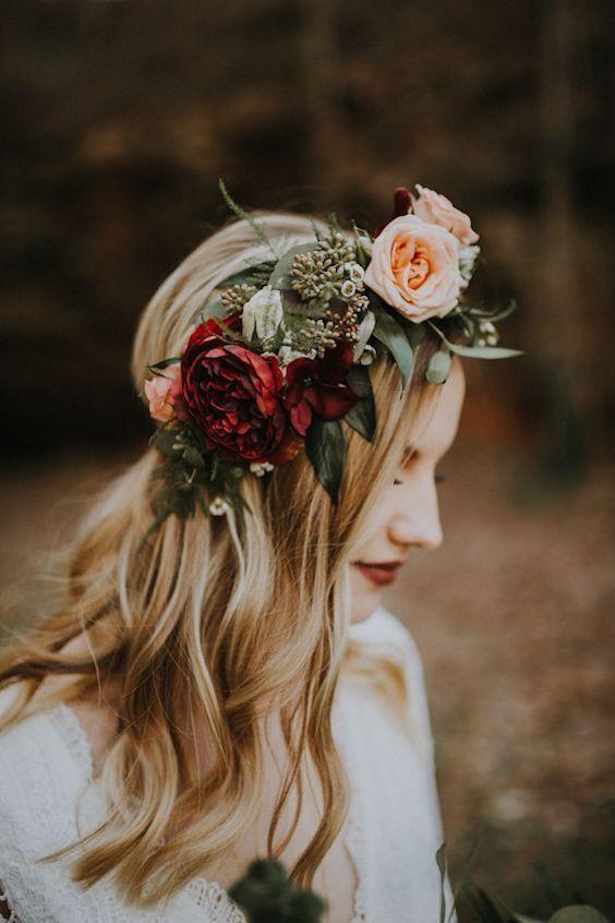 Impresionante corona de flores audaz y bohemia. Foto: The Marions.