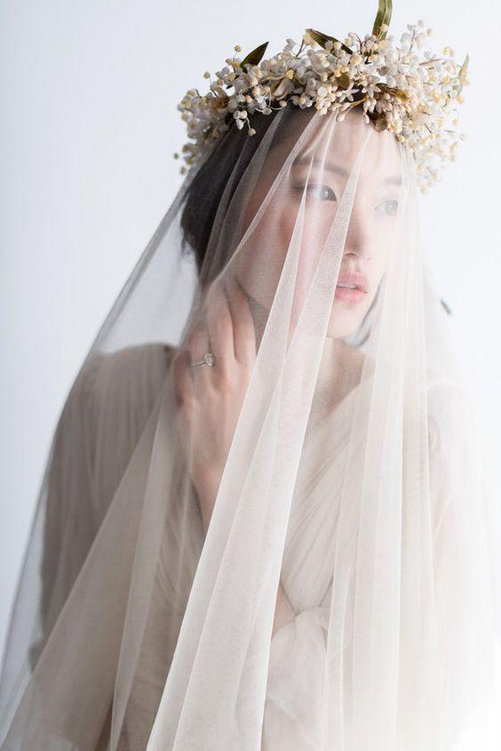 Corona de flores sobre el velo de novia en fina gasa.