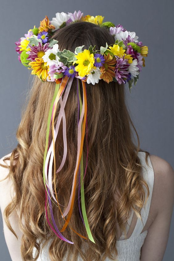 Hiedras, dalias y margaritas de colores para una corona de flores boho.