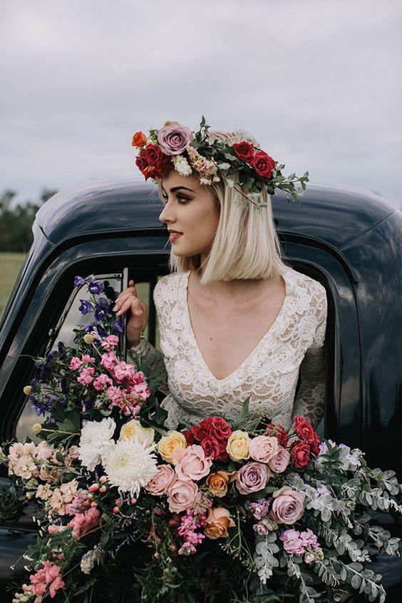 Una corona que hace juego con el ramo de novia. Fotografía: White Ash Photography.