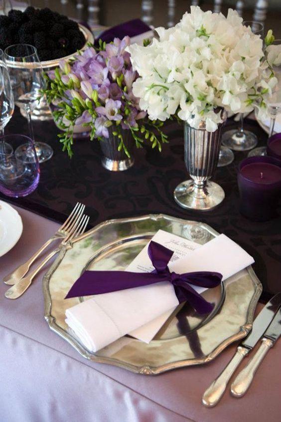 Decoración de mesa para bodas 2018. Mantel en Rosa Lavanda con servilletas y camino de mesa en color ciruela, platos en champagne.