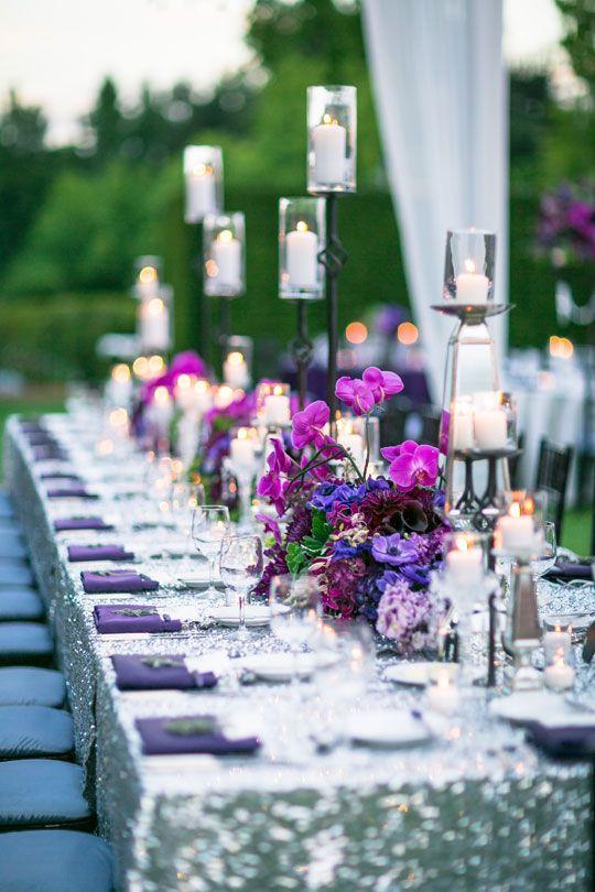 Gloriosa decoración de mesa para bodas donde resalta el Ultra Violet en los centros de mesa. Foto: Ryan Phillips Photography.