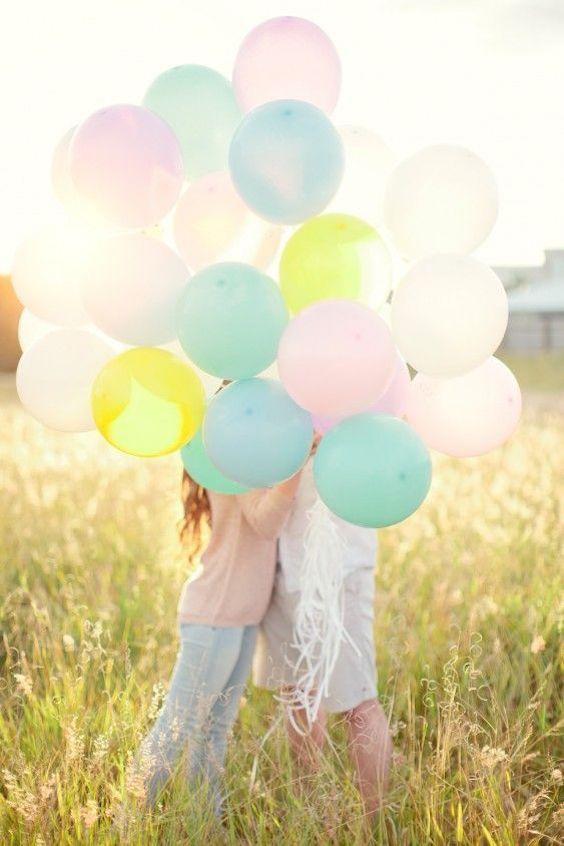No olvides los globos para decorar la mesa de los niños en las bodas.