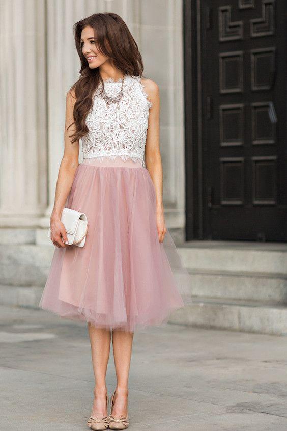 Este top corto de encaje blanco apareado con una falda de tul en rosa lavanda será tu conjunto favorito para asistir a una boda.