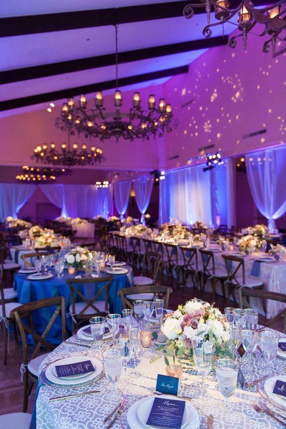 Las luces cambian el look de los colores de la boda. Candice Benjamin Photo.