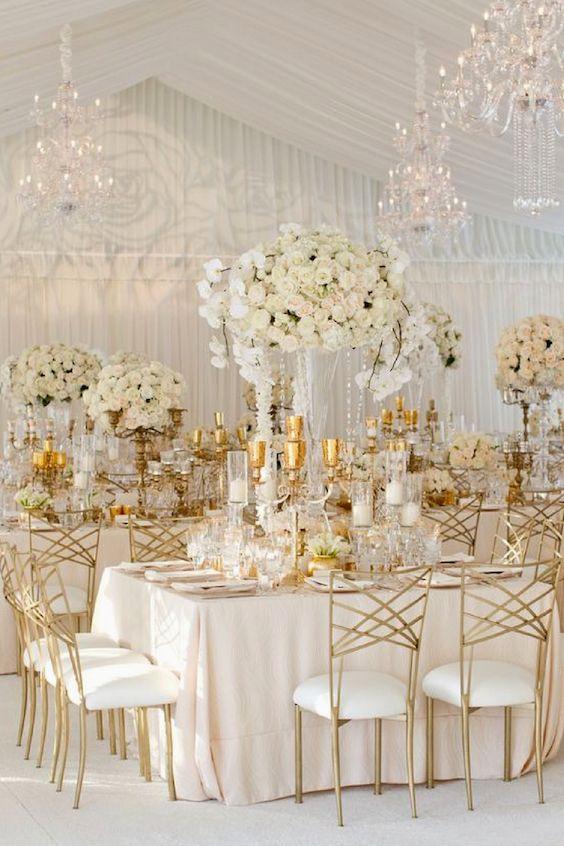 Mantelería en blush y flores en tonos de marfil combinados con cristales y acentos en dorado para darle un look glam con dimensión y profundidad a tu boda.