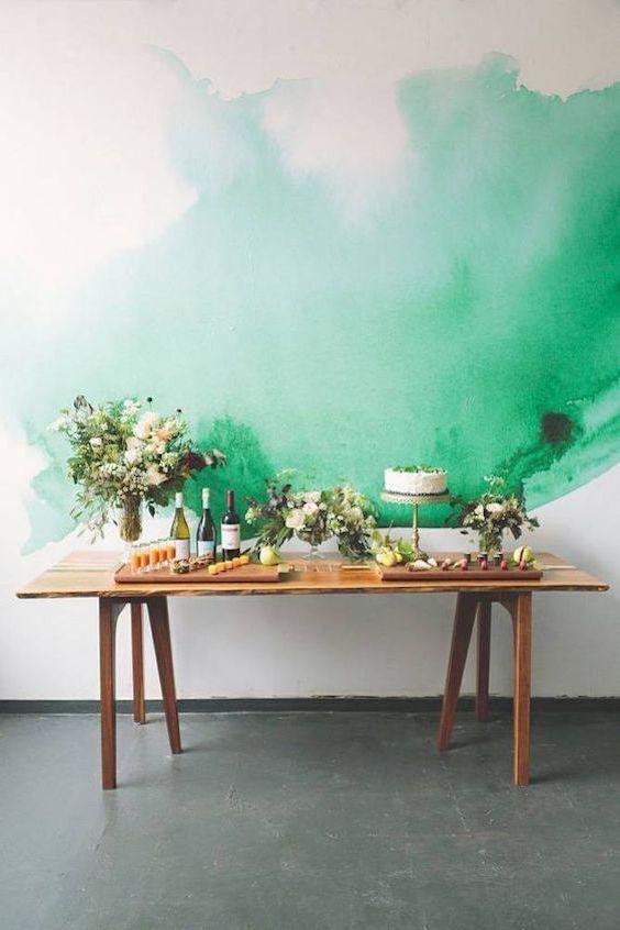 Mesa de postres para una boda íntima en verde Arcadia.