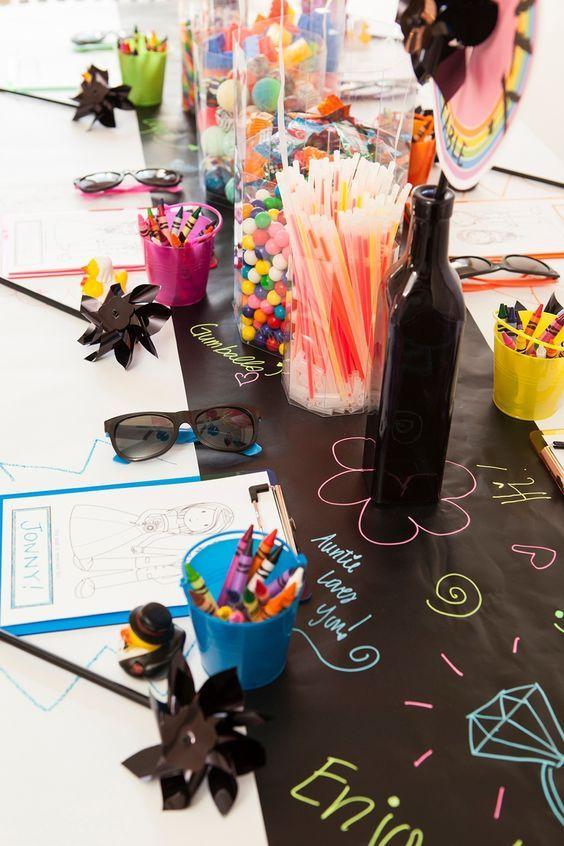 Transforma la mesa en un proyecto artístico para mantener a los chicos ocupados y divertidos.