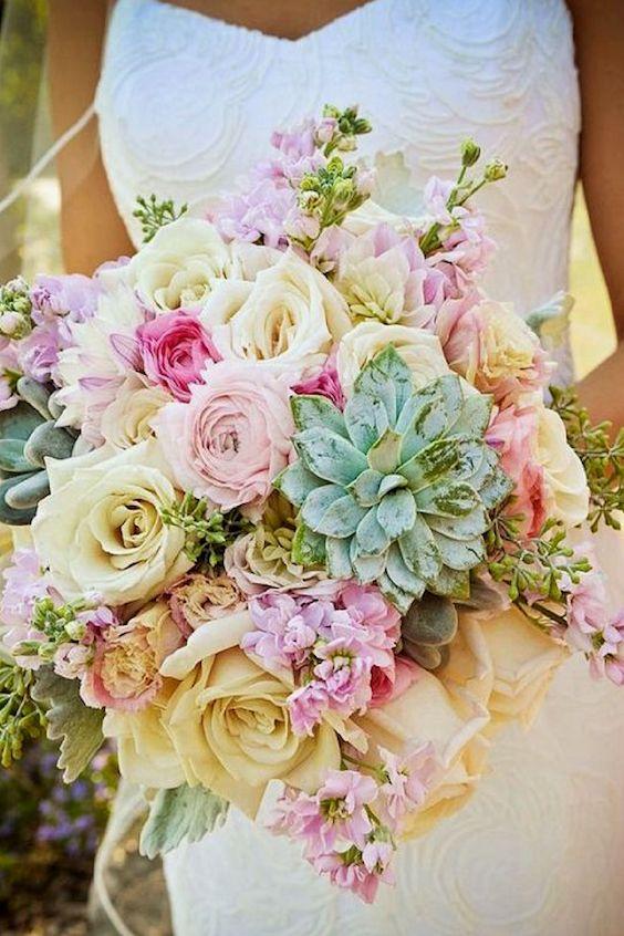 Trabaja con la paleta de colores de tu boda y escoge flores con tonos que combinen y se complementen. Sandra and Greg via Bem-Casada.