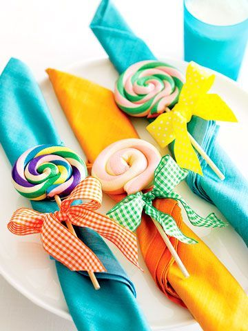 Porta servilletas con lazos y lollipops para decorar la mesa de los niños en tu boda.