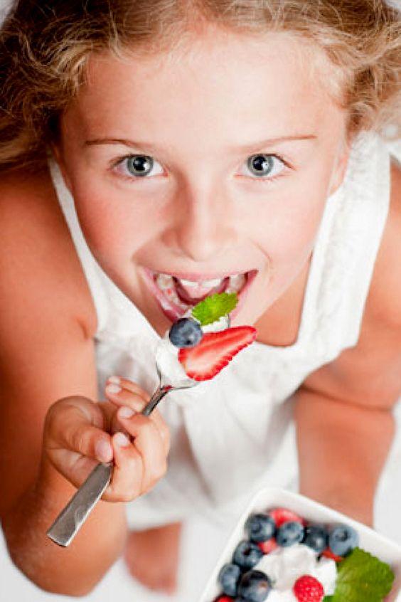 Sirve postres ricos y bajos en azúcar para evitar incentivar a los peques hiperactivos.