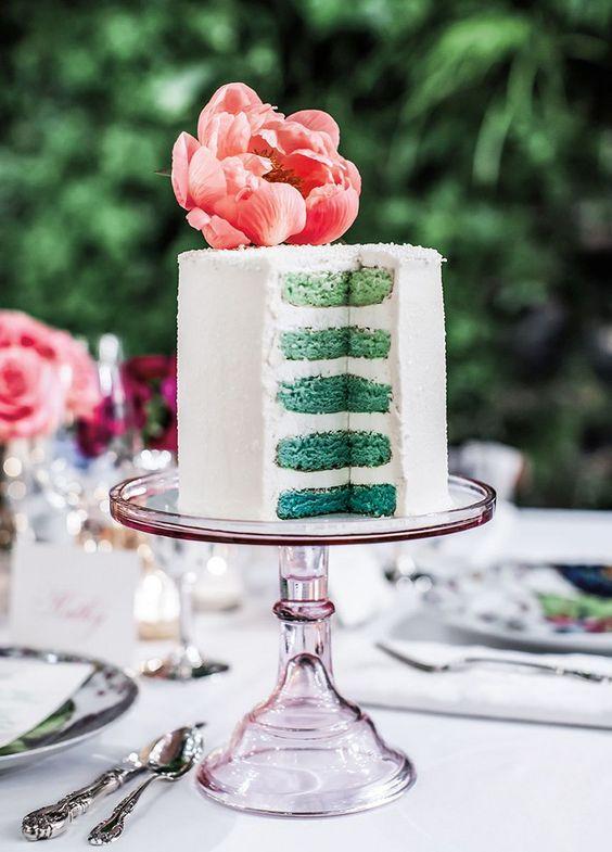 Torta de bodas moderna de un solo piso en arcadia y blooming dahlia para una boda al aire libre.