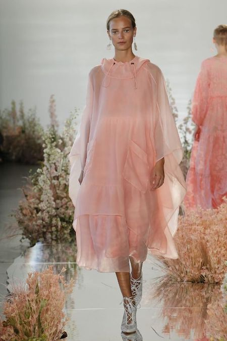 Con un vestido de Ulla Johnson, el tono suave de Blooming Dahlia luce super femenino.