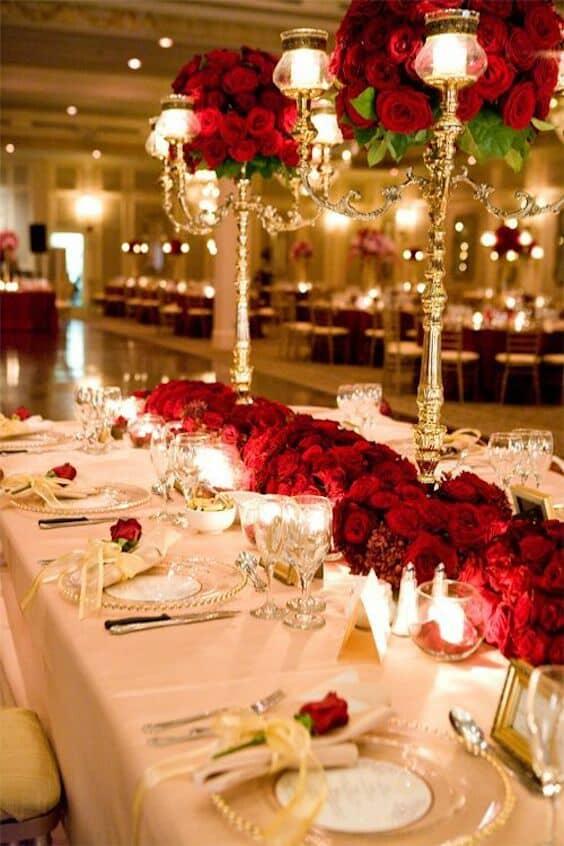 Continuamos con la inspiración en La Bella y La Bestia con una rosa sobre cada servilleta en esta decoración de boda en rojo y dorado. Picture Perfect Event Design.