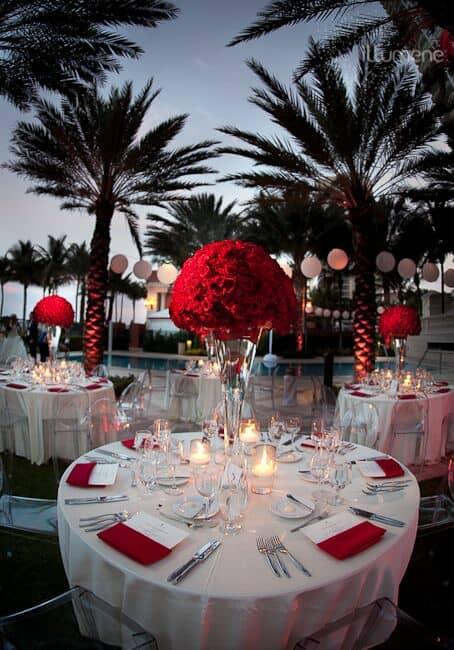 Una boda en rojo y blanco en medio de un ambiente paradisíaco impresiona y sorprende.