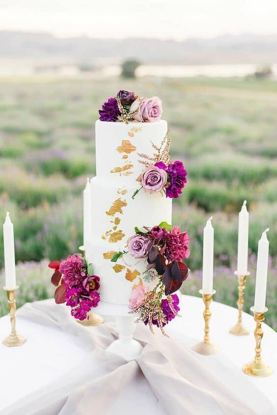 Boda íntima en los campos de lavanda de Young Living Farm en Utah. Tiffany Sangster Photography. #FloralWedding #WeddingCake