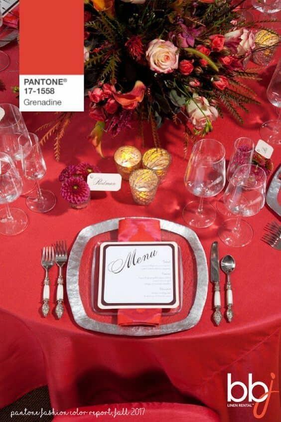 Si prefieres una boda en rojo menos anaranjado, el rojo granadina de Pantone es perfecto para ti. Mantelería en rojo granadina.