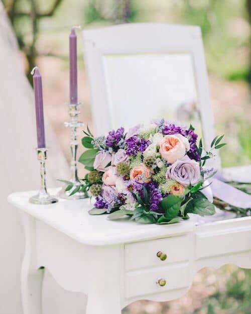 Tonos purpúreos dan profundidad a esta boda vintage en un jardín. Foto: Rachel May. #WeddingInspiration #Lavanda #Romantica