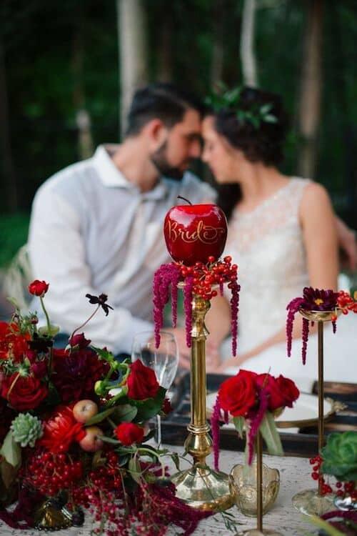 Las bodas en bosque encantado estilo Blancanieves siempre pueden sumar algo rojo. Claire Marika Photography.