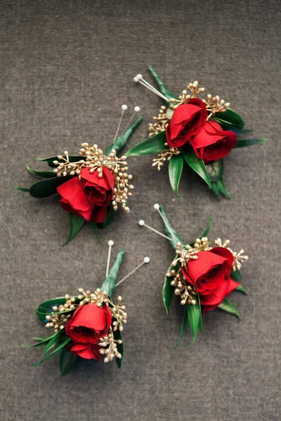 Para una temática de boda en rojo, rosas en las boutonnieres. Bayview Florist Wedding Studio. Sayville, NY.