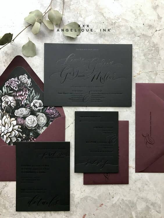 Tonos sombríos y oscuros, caligrafía y floral, definitivamente sigue las tendencias en invitaciones de boda. De Angelique.