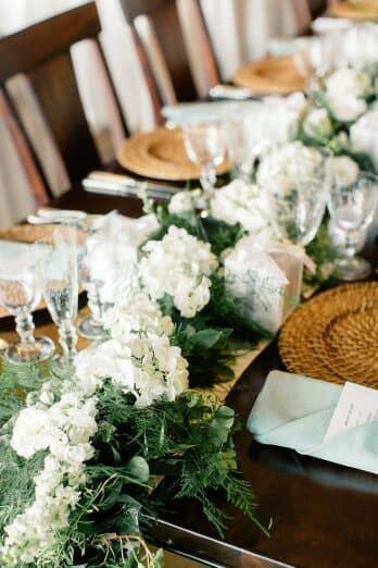 Boda ultra romántica en una bodega de Julie Lim Weddings. Camino de mesa con arpillera y acentos de madera.