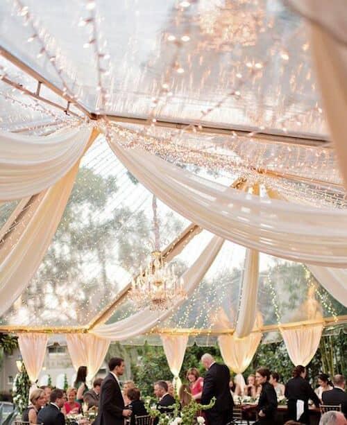 Magnífica combinación de una carpa transparente, luces centelleantes y telas. Stuart Tent Events. #celebraciones #carpas #bodas