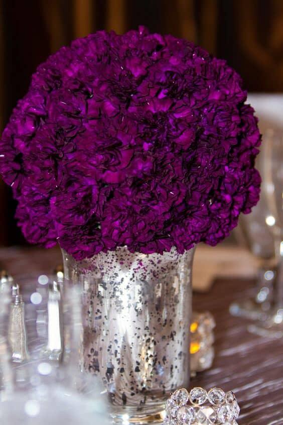 Un símbolo de lujo. Centro de mesa para bodas en ultravioleta en jarron de vidrio de mercurio plateado. Moxie Studio.