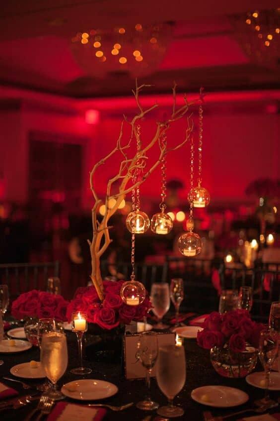 Centros de mesa para una boda en rojo y negro. Ramas con luces colgantes para un look muy íntimo y glam. De Armonía, Puerto Rico.